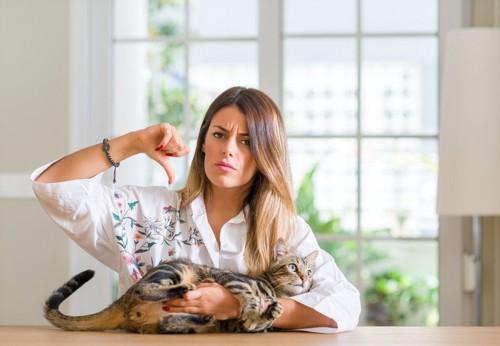 猫を嫌がる女性