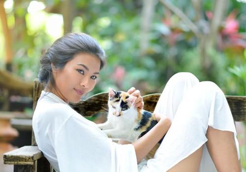 三毛猫と女性