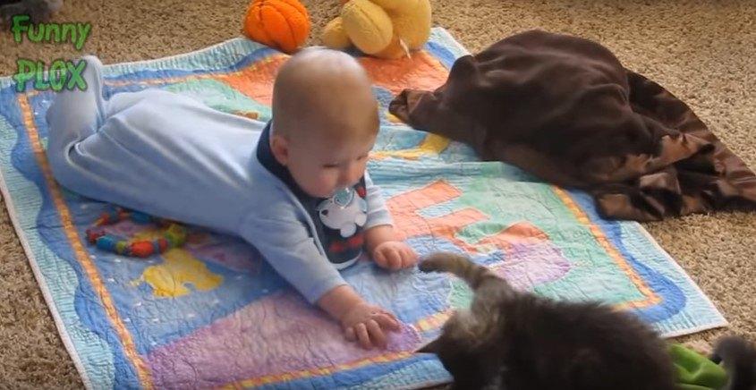 床で向きああって遊ぶ
