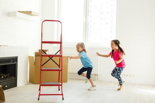部屋を走り回っている子供たち