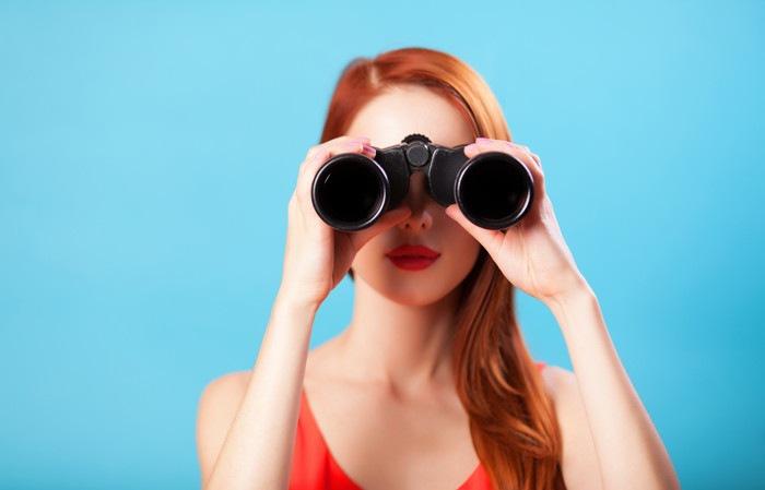 双眼鏡をのぞいている女性