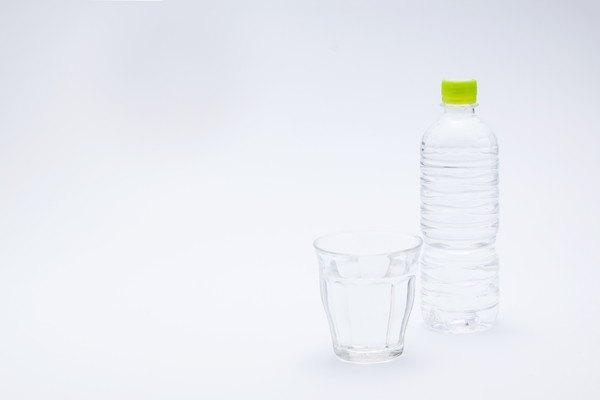 ペットボトルとコップ