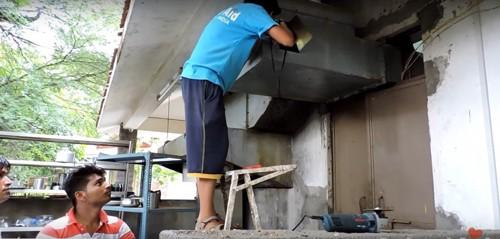排気ダクトの切断作業をする救助隊員