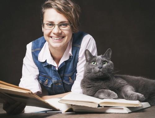 ロシアンブルーと本と女性