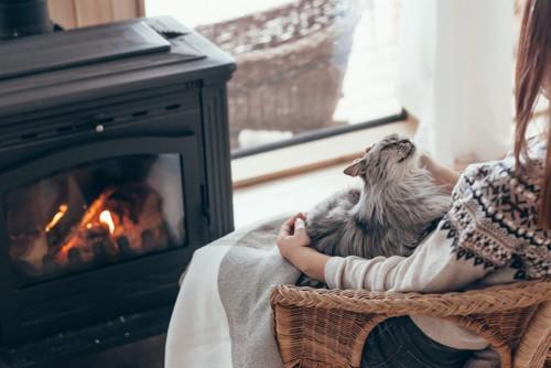 暖を取る人と猫