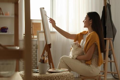 絵を描く女性と猫