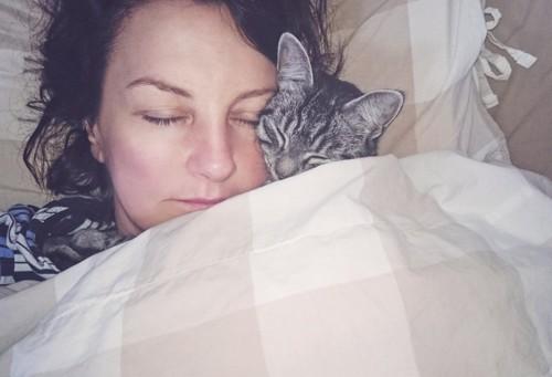 女性と添い寝する猫