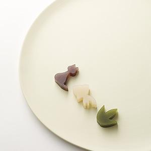 白いお皿に笹・金魚・ネコのようかんの画像