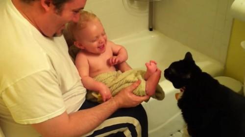 足を動かし笑う赤ちゃん