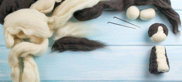 白と黒の製作途中の羊毛フェルトとニードル