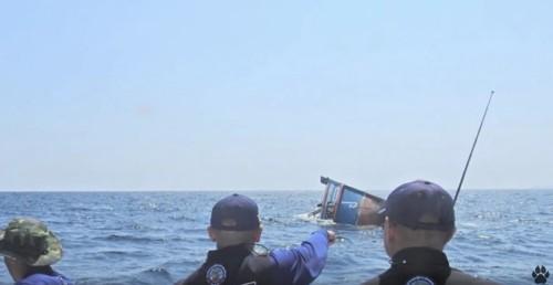 沈没して行く船と人