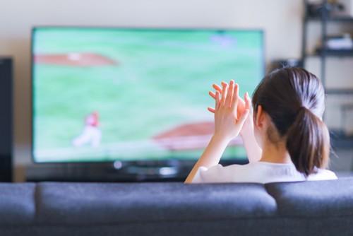 テレビを見て拍手をする人