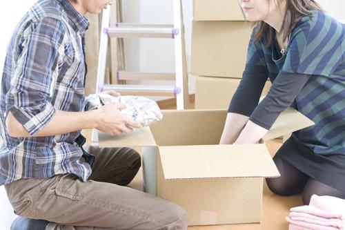 引っ越しの準備をするカップル
