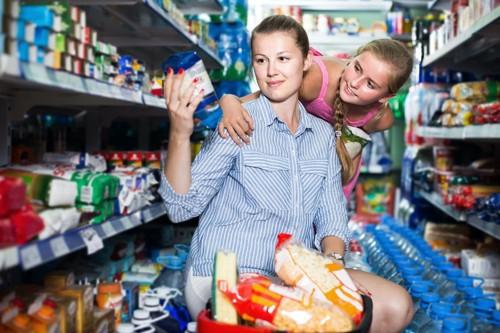 スーパーで買物をする親子