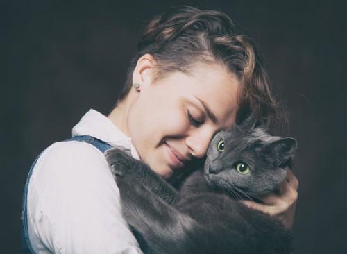 ロシアンブルーを抱きしめる女性