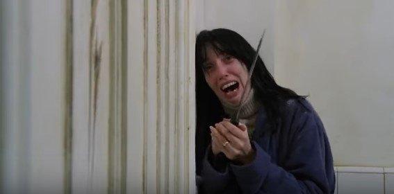 包丁を持って泣き叫ぶ女性