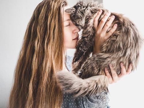 長毛猫とロングヘアの女性