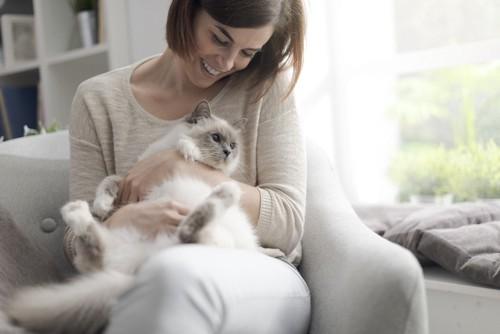 くつろぐ人と猫