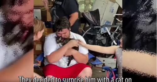 猫を抱きしめ涙する男性