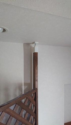 天井に突っ張り棒で固定