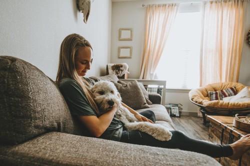 犬を可愛がる女性
