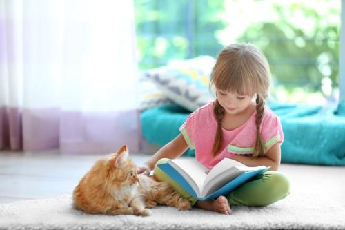 子供と一緒にくつろぐ猫