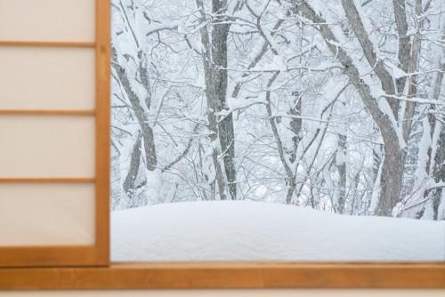 障子の向こうに見える雪景色の森