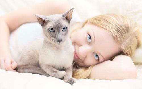 髪の長い女性と猫