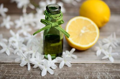 アロマオイルの瓶とレモン