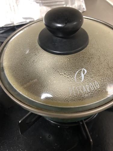 鳥肉を鍋の中で蒸らしているところ