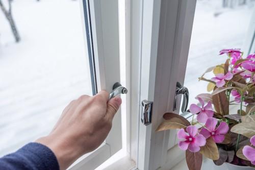 窓を開けようとする人の手