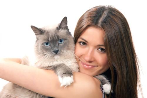 長毛猫を抱く女性
