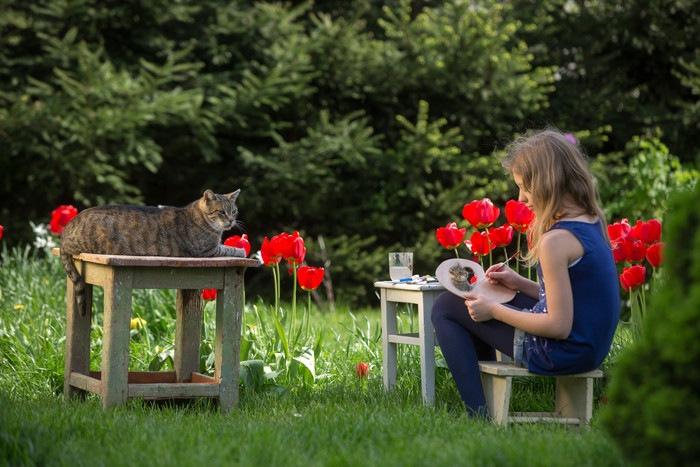 猫を描く女性