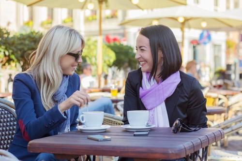 友達と楽しく話しをする女性