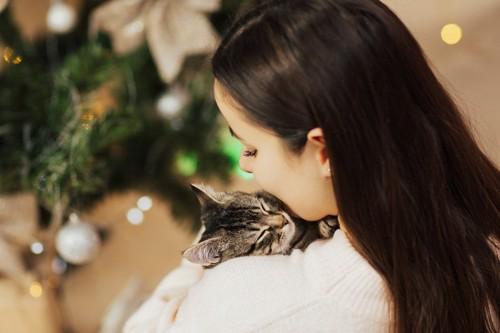 猫を抱く若い女性