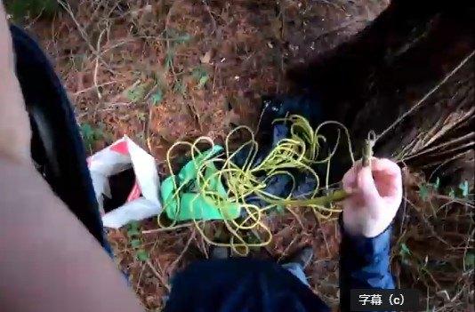 木にロープをかけるトム