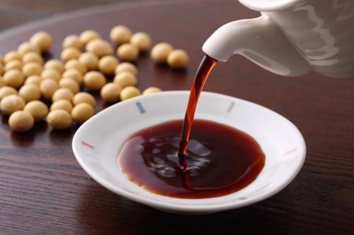小皿に注がれている醤油