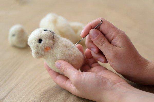 羊毛フェルトを作っている手元