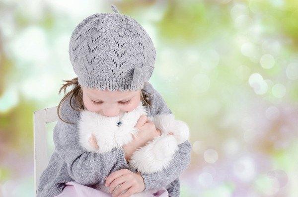 猫のぬいぐるみを抱く女の子