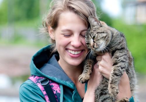 笑顔の女性と猫