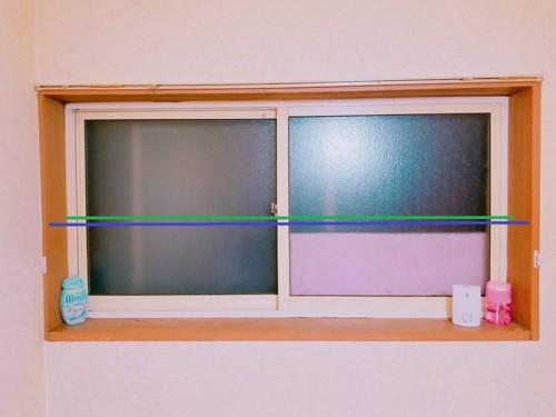 2本の線が引いてある窓の画像