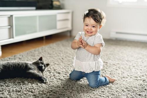猫と手をたたく女児