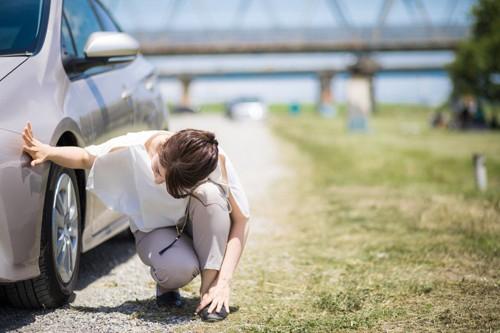 車の下を探す女性
