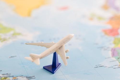 世界地図と飛行機の模型