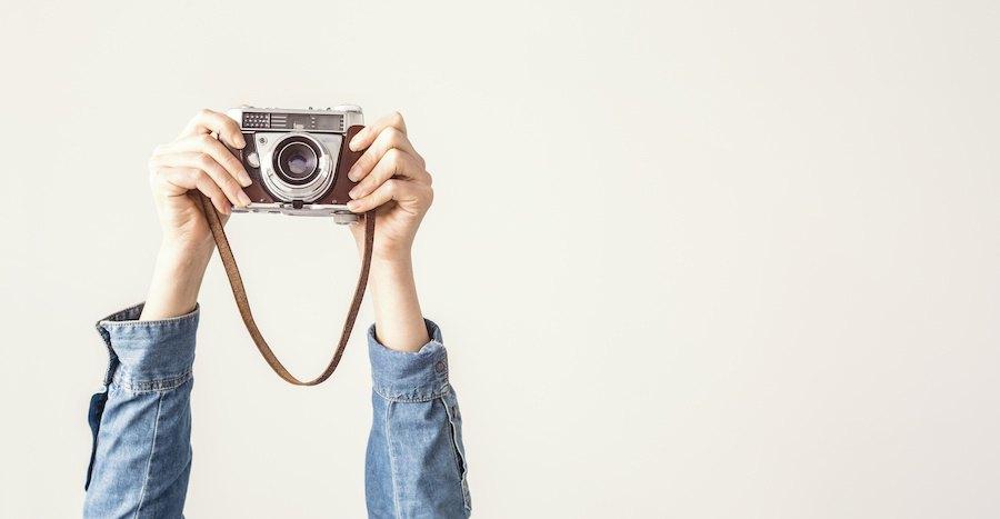 カメラを持つ人の手