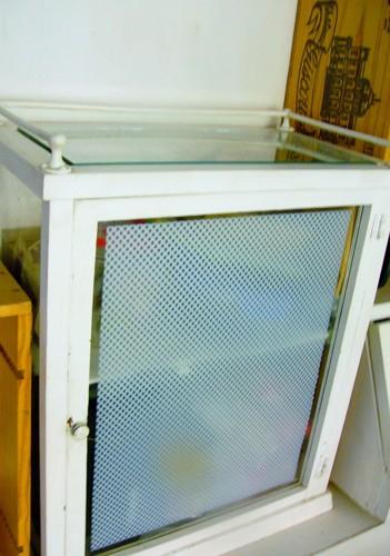 ガラスの小さな棚