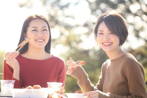 外で食事をする二人の女性