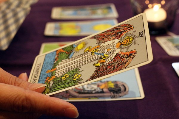 カードを選ぶ手