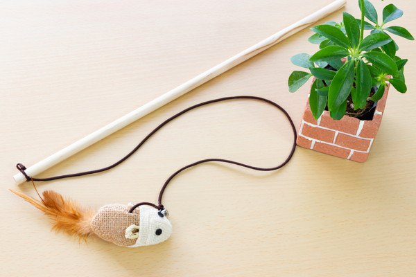ネズミのマスコットをつけた手作りの猫じゃらし