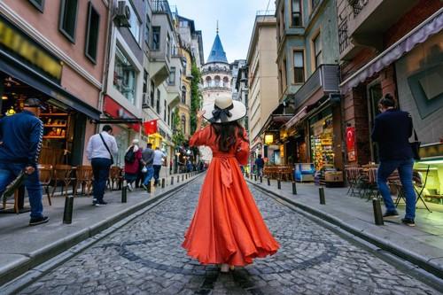 イスタンブールの街に立つ女性の後ろ姿